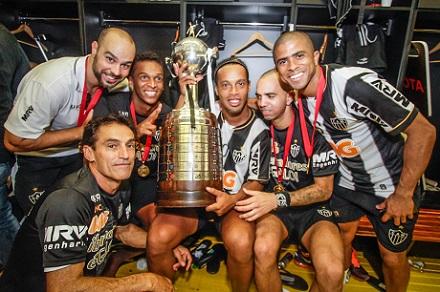 Рональдиньо с партнерами после победы в Кубке Либертадорес