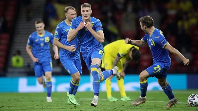 Сборная Украины празднует победный гол в ворота сборной Швеции
