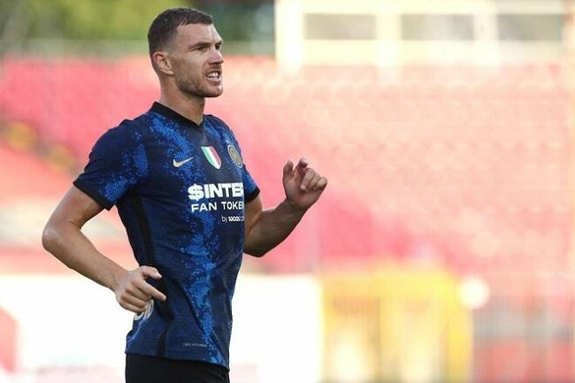 Нападающий Эдин Джеко в августе 2021 года перешел из «Ромы» в «Интер». На счету боснийца 1 гол и 1 ассист в 3 матчах за новую команду в Серии А. Фото: sport.ua