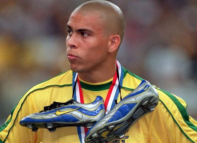 Роналду с бутсами Nike Mercurial